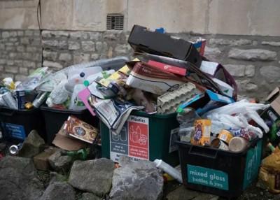 垃圾桶堆积大量垃圾。