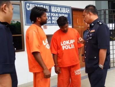 主嫌的17岁儿子(右2)和29岁亲戚(左2)被带上法庭,右1为 副警区主任沙惹里。