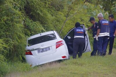 死者轿车撞落路旁深沟,公安部从外自获手机、现金及毒品等。