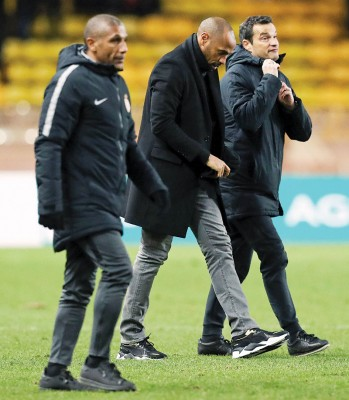 摩纳哥在法国杯淘汰出局,主帅亨利(中)垂头默默的离开赛场。