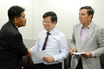 槟首长曹观友(中)和槟州供水机构首席执行员拿督杰瑟尼(左)坦言,有调涨水费之必要,望人民谅解。右为槟行政议员孙意志。
