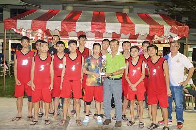 槟岛区亚军队伍少年体育会(红)。