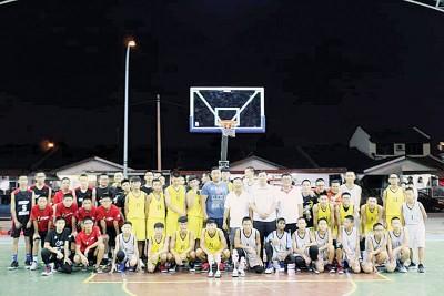 威省区前4队伍、各代表教练及篮球公会理事一同来张大合影。