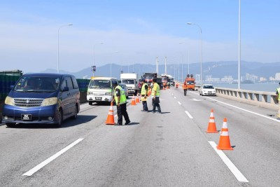 槟岛往北海方向的槟城大桥第4.0公里处,其中两条车道暂时关闭。