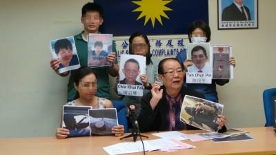 4号称欠债者在华人新年前遇阿窿骚扰,若果被周四于张天赐之记者会公布遭威阿窿威胁的通过,为者左起李女儿、孙先生(立者左起)、曾女士和游女士。