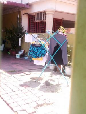 住家庭院前所凉晒的衣服与周一的有所不同,因此未能确认是否有人在家。