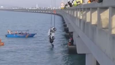打捞队下午约5时45分成功打捞,车子终于露出水面。