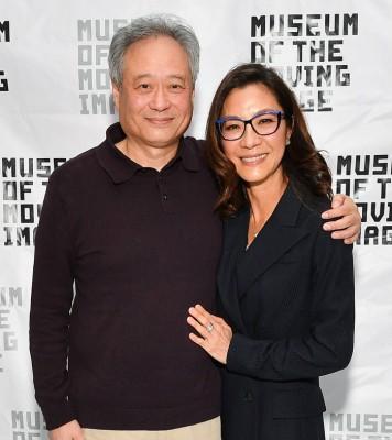 恰到了金球奖颁奖仪式后,杨紫琼就飞到纽约及李安参加公开活动。