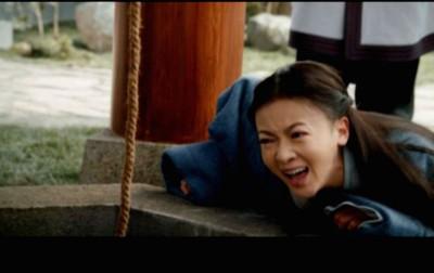 吴谨言剧中目睹母亲惨死,趴地大哭。