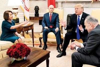 特朗普(右二)表示会在白宫,等候签署解决政府局部停摆的文件。(法新社照片)