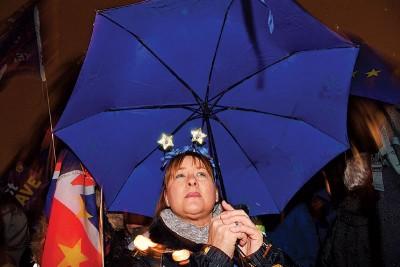 群众周二后以国会外冒雨等候表决结果。(法新社照片)