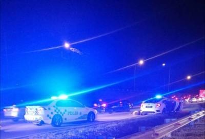 巡警在大道上制服匪徒。