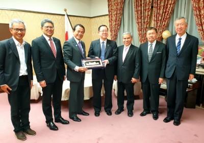 林冠英配合武士债券的发行,率20人财政部代表团到日本。
