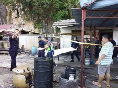 警方到事发的住家展开调查,将遗体送到医院太平间。