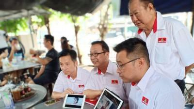 胡栋强(左起)、刘华才及方志伟推介民政微电影《回家》,后为准拿督蔡国华。