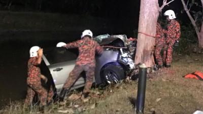 消拯员将夹在车内的伤者救出车外。