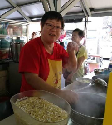 咖喱面小贩郭春兰:来光顾的,几是每天来买菜的熟客,新春咖喱面不涨价,终于回报顾客多年来的支撑。