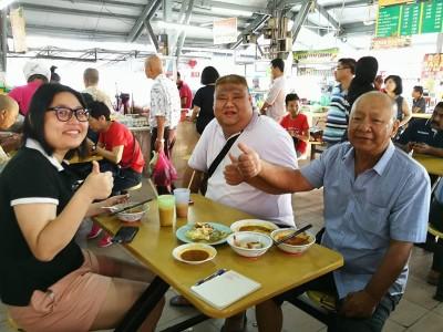 小依淡小贩中心新年不涨价,陈义吉(右)一家人于赞!