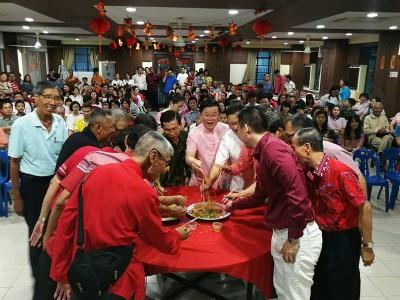 槟榔屿南安会馆新春大团拜,曹观友与众执委集体捞生。
