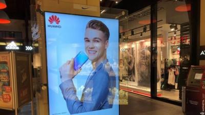 捷克商场里之华为手机广告。