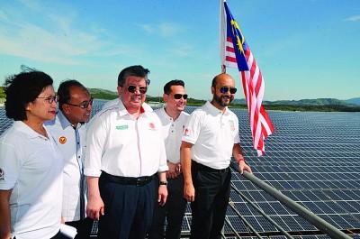 慕克里受邀巡视兴建在吉打本巴雅末英顺路同面积180依格的太阳能园,左1为吕淑玉,左3为李主武。
