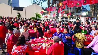 现场备有3000人份美食,人气鼎沸。