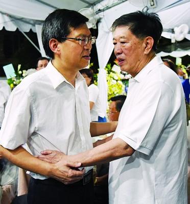鲁世巍(左)向陈国平深切慰问。