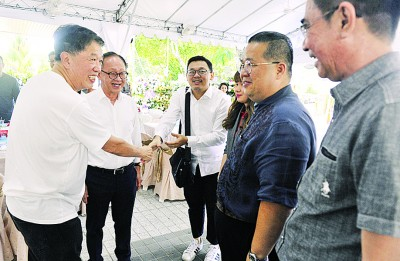 李兴前(左2起)、林松荣、周慧妮、林星发及白裕斌前往陈府吊唁,获得陈国平(左)接待。