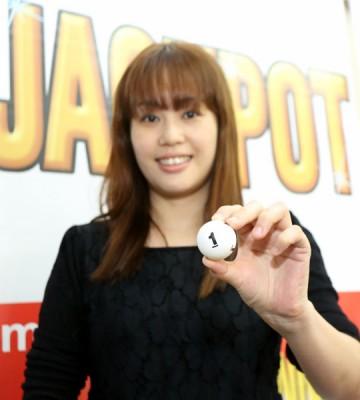 这次开彩首奖号码为4708967,以及二奖号码为1831025,奖金分别是300万令吉和100万令吉。