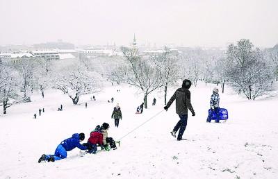 匈牙利推动提高生育率的措施,图为布达佩斯儿童冬日玩雪。
