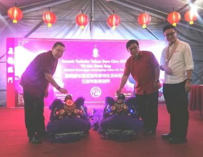 林冠英(左起),黄汉伟和再里尔在亚逸布爹州选区服务中心主办的新年团拜活动上为醒狮点睛。