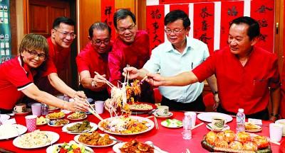 林秋仪(左起)、陈金辉、许庆吉、祝友明、曹观友、韩景光等人齐捞生。