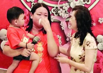 尤彩薇抱着患有单心室的陈俊宾,想到当初的无助,眼泪顿时流下来。
