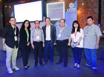 《光华日报》管理层也出席盛会,见证历史性的一刻。左起为林松荣、杨淑卿、李兴前、杨肃宏、林星发、周慧妮、陈国雄。