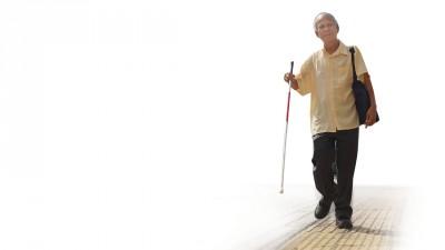 黄贵诗拄着拐杖,走在线条凸起的盲道上,步履轻盈、表情欢愉,浑身散发着快乐的感染力。