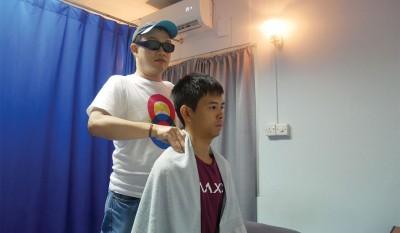 盲人按摩,其实和传统按摩无异,不过一般说法是,视障人士感应力敏锐,对于针对性与细腻度,较占优势。