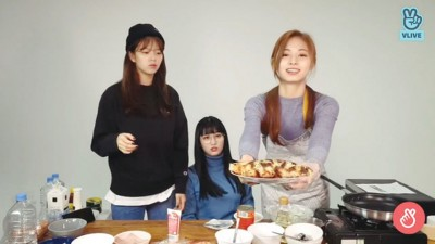 子瑜(右起)自制蛋饼煎到烤焦,队友MOMO、定延频频安慰她做得好。