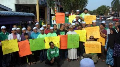 走近百名农民聚在马莫市镇向州政府传达抗议心声。