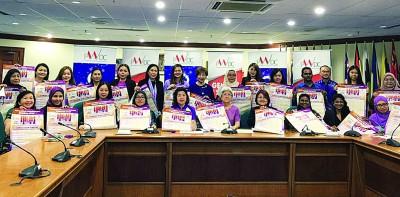 在场者一同为2019年国际妇女节活动宣传造势。