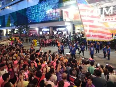 来自槟城北海的大旗鼓队特别来到新山参与古庙游神,为盛会助兴。