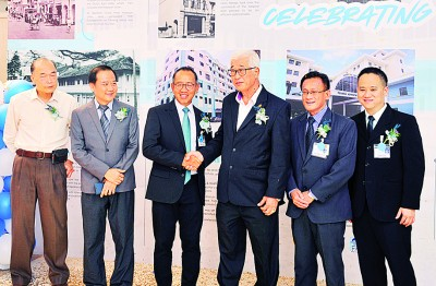 胡寿龄(左起)、苏庆春、高华兴、彭文宝、邓荣源和潘端辉同参加启动仪式,庆祝槟安迎来建95周年的爱。