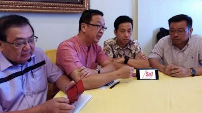"""刘华才(左2)指民政党3月24日全国同步推介""""50+1""""党庆活动。左起为张国智、胡栋强和方志伟。"""