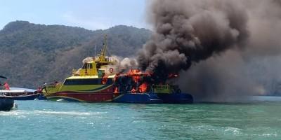 客船后部冒起滚滚浓烟后就燃起大火。