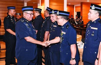 勿兹(左)星期一到吉兰丹州警察总部的宣布国家英雄功勋奖章颁发仪式。