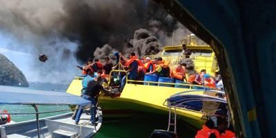附近几只载客船赶紧驶前拉将他船上的乘客救出。