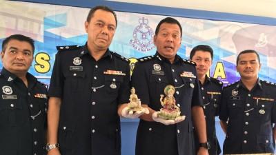 三苏(前排右)与立功警察,周一在记者会出示神像。