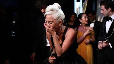 女神卡卡拿下最佳原创歌曲奖,心情激动。