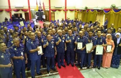 森州60名获颁卓越服务奖的消拯员与韩旦(中)合摄。