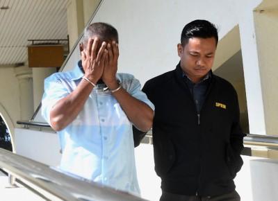 项目经理被带离法庭时,以手遮脸,避开摄记的镜头。
