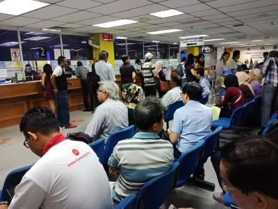 距离3月报税日仅有数天之遥,但槟岛内陆税收局已人山人海,以在报税前做好准备。